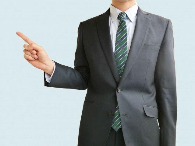 指差しして説明するビジネスマン