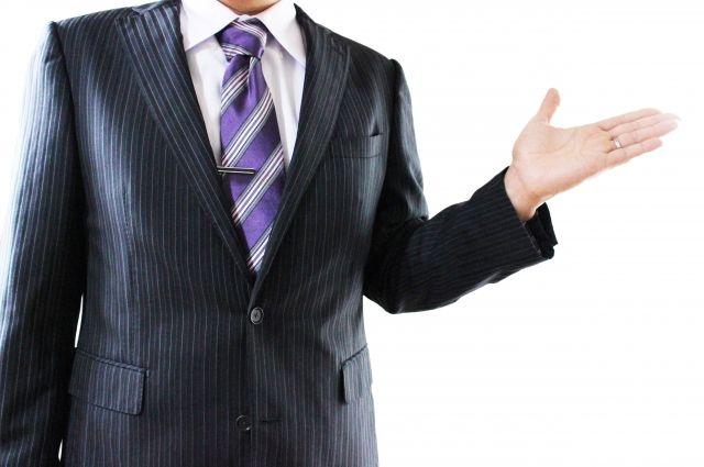 測定方法を説明するビジネスマンの手
