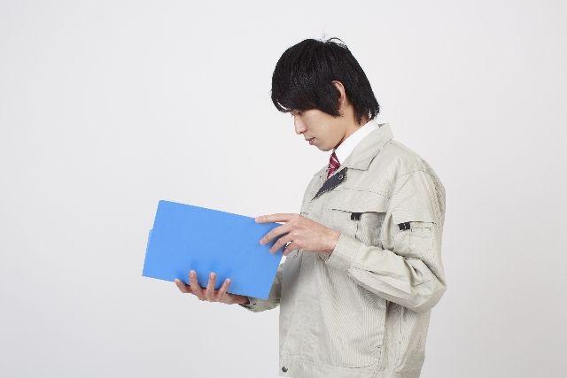 ファイルの内容を確認する作業者