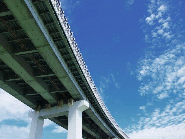 青空を背景に写る橋梁
